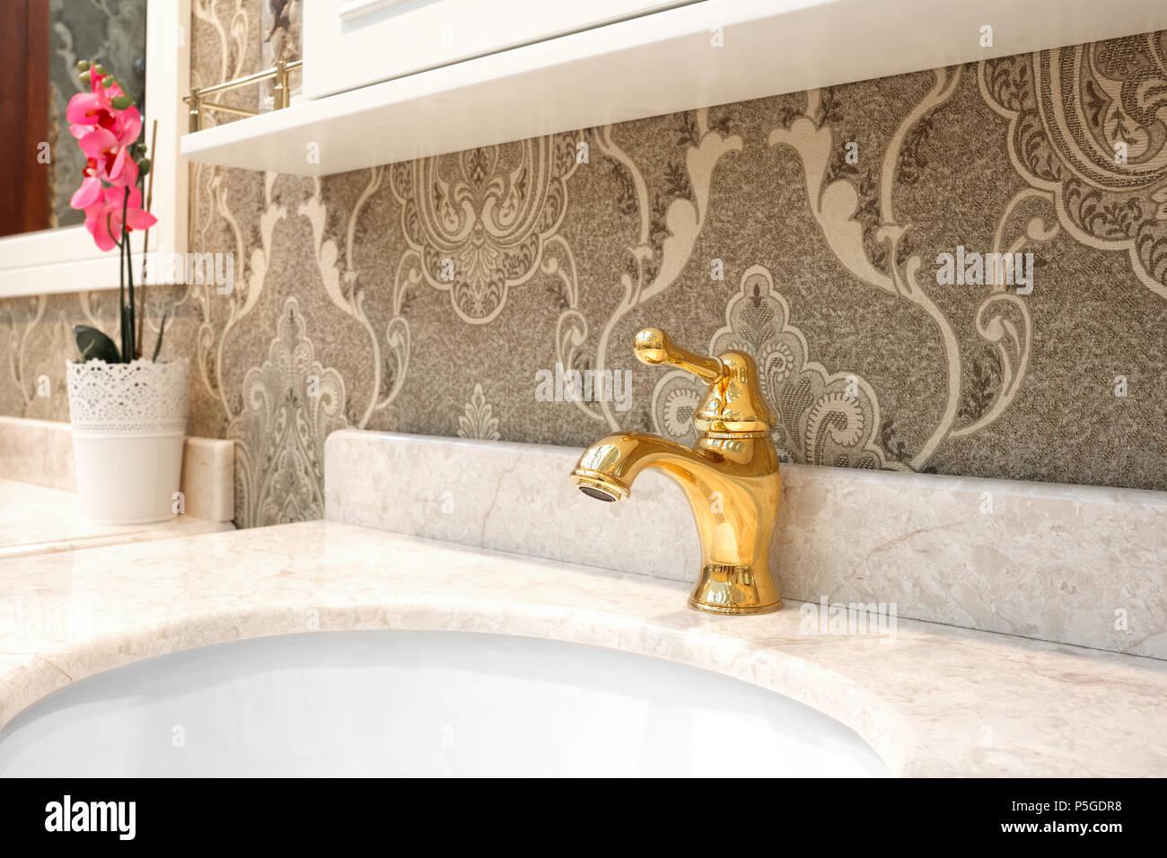 Badezimmer Luxus klassische Einrichtung mit weißen Waschbecken und ...