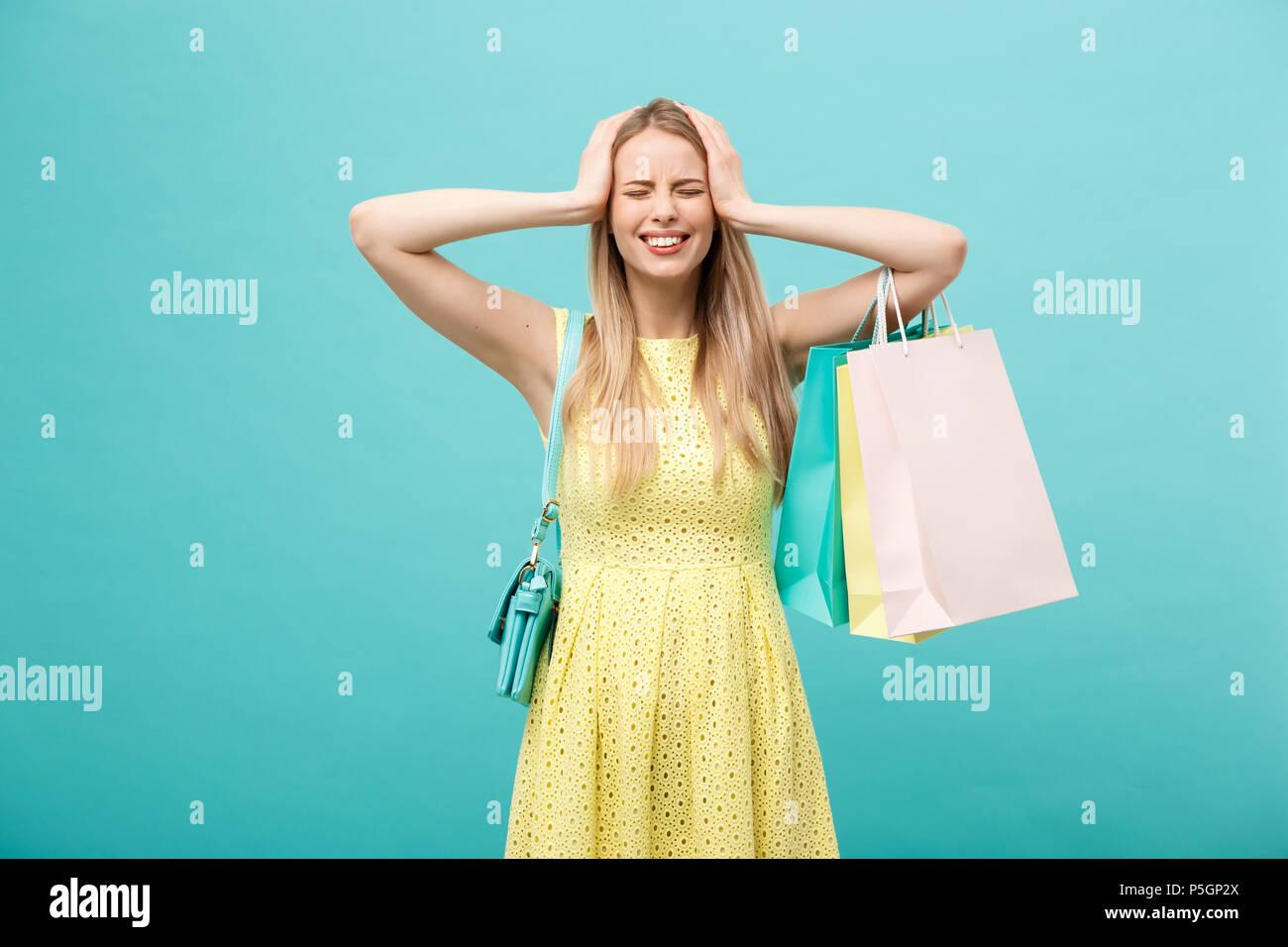 shoppen und verkauf konzept: schöne, unglückliche junge frau
