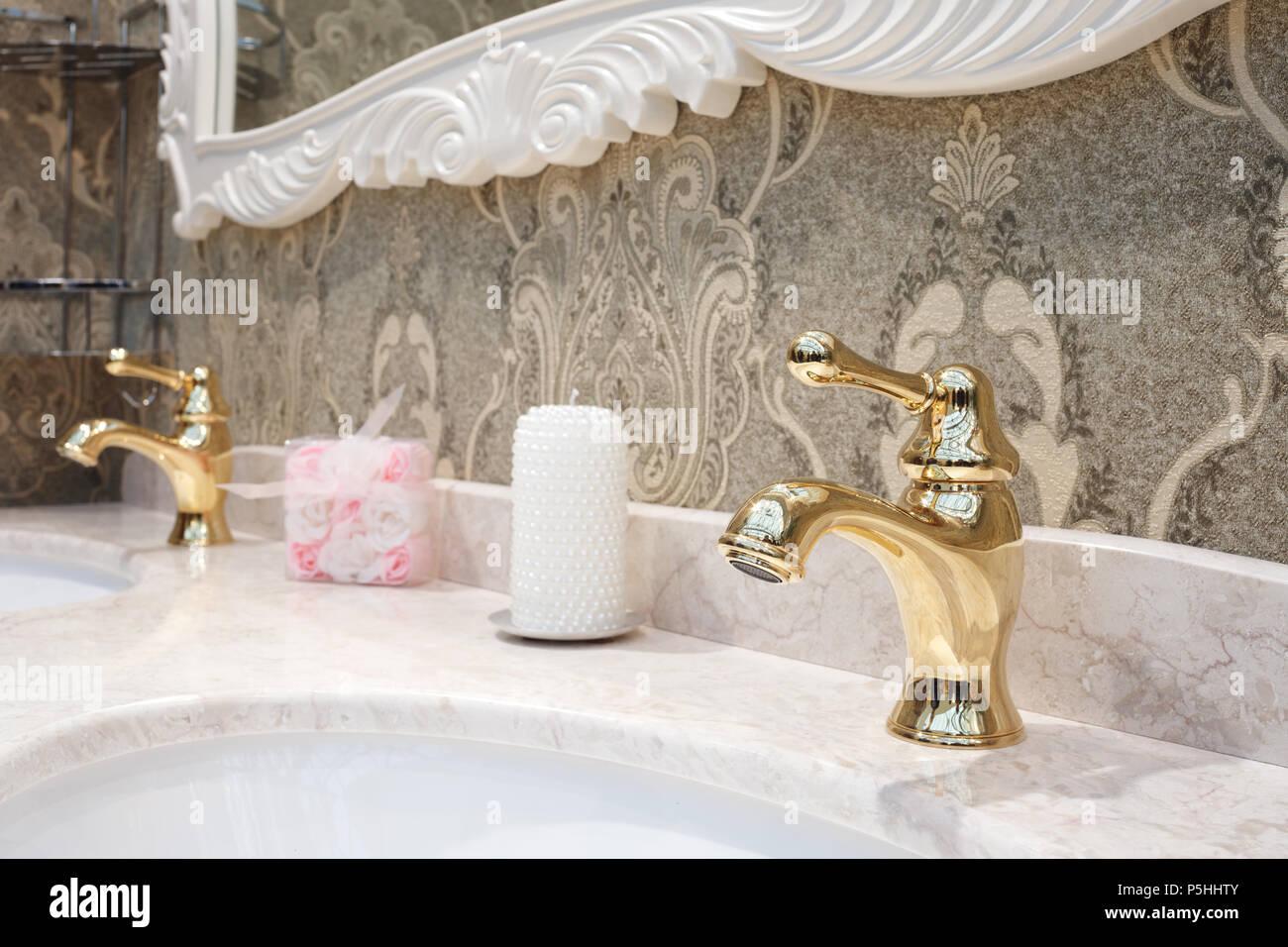 Badezimmer mit Waschbecken und klassischen nterior Classic retro ...