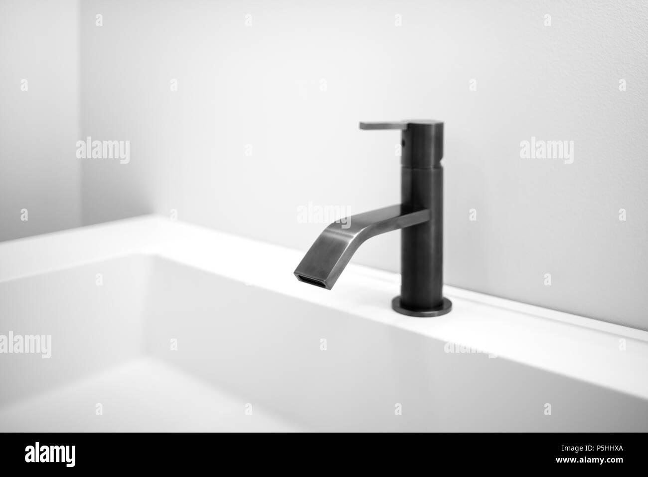 Badezimmer weiß grau Einrichtung mit weißen Waschbecken und ...