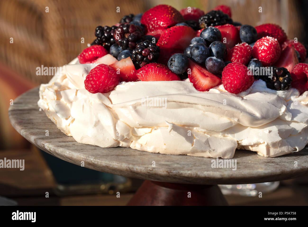 Pavlova Baiser Kuchen Dessert Mit Erdbeeren Brombeeren Himbeeren