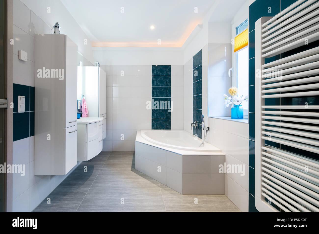 Modernes Badezimmer - glänzend weißen und blauen Fliesen ...