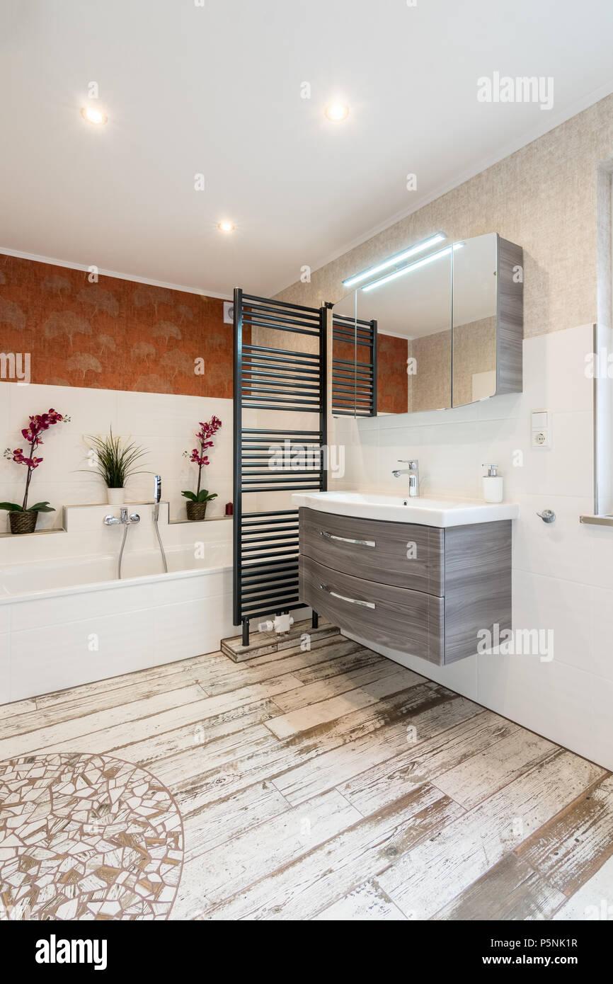 Modernes Bad im Vintage Stil mit schwarzem Handtuchtrockner ...