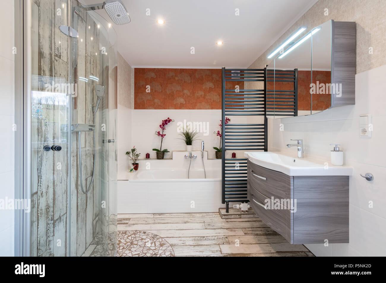 Modernes Bad Im Traditionellen Stil Mit Waschbecken, Badewanne, Dusche Aus  Glas Und Schwarzem Handtuchtrockner.
