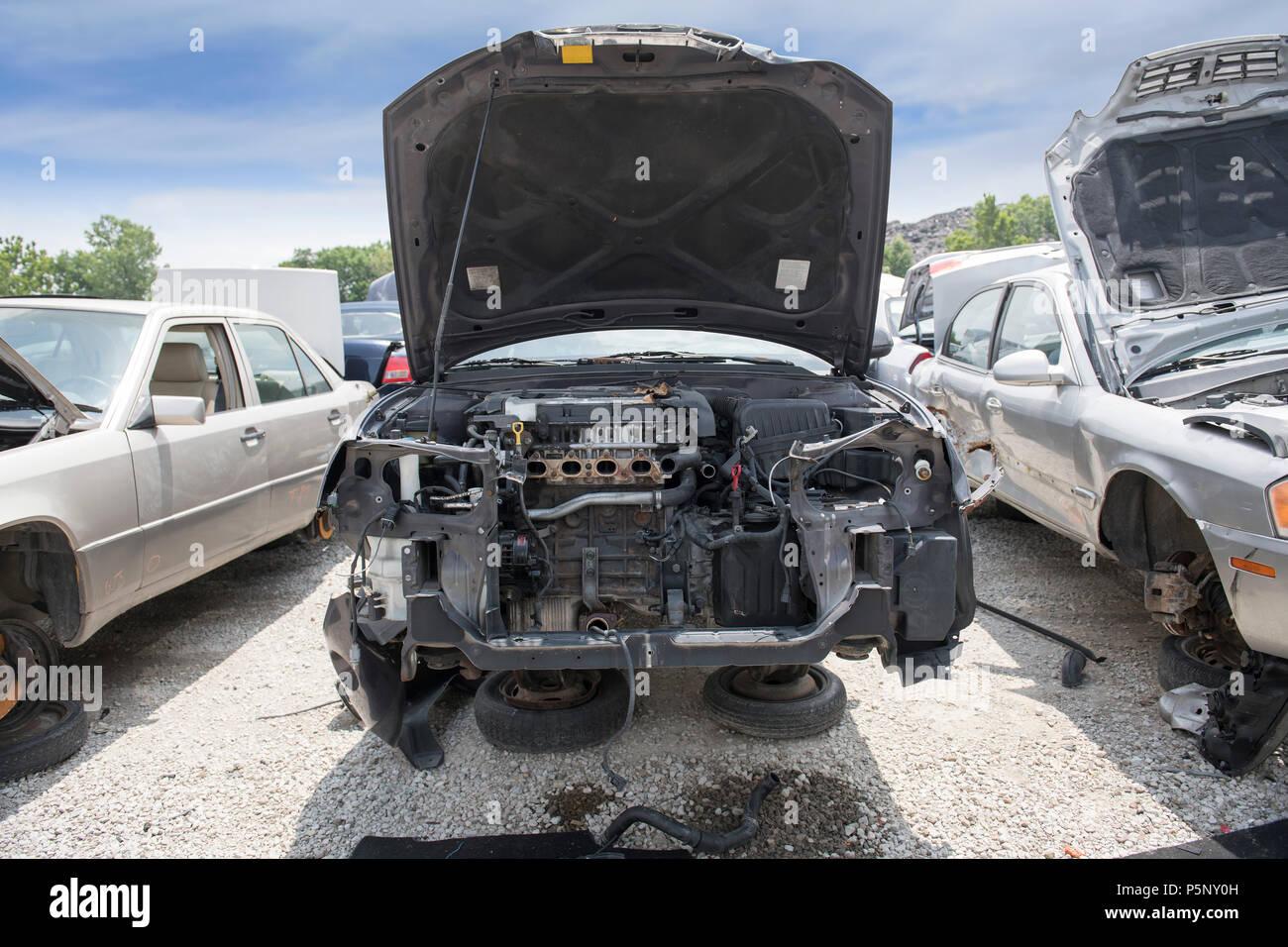 Der Motorraum eines zertruemmerten Auto zeigt fehlende Teile ...