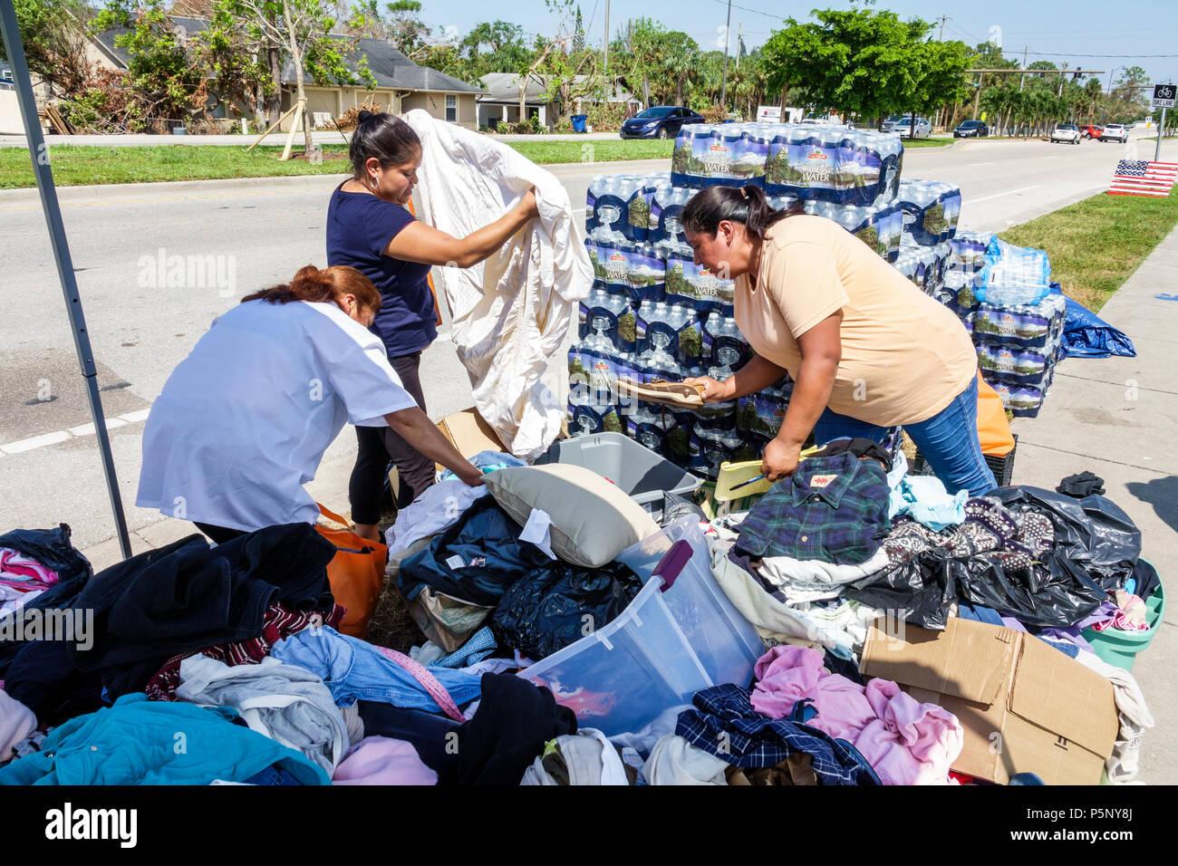 Bonita Springs, Florida nach dem Hurrikan Irma Sturmschäden Zerstörung Nachwirkungen Katastrophenhilfe spenden Verteilung site recovery point Hispanic wom Stockbild