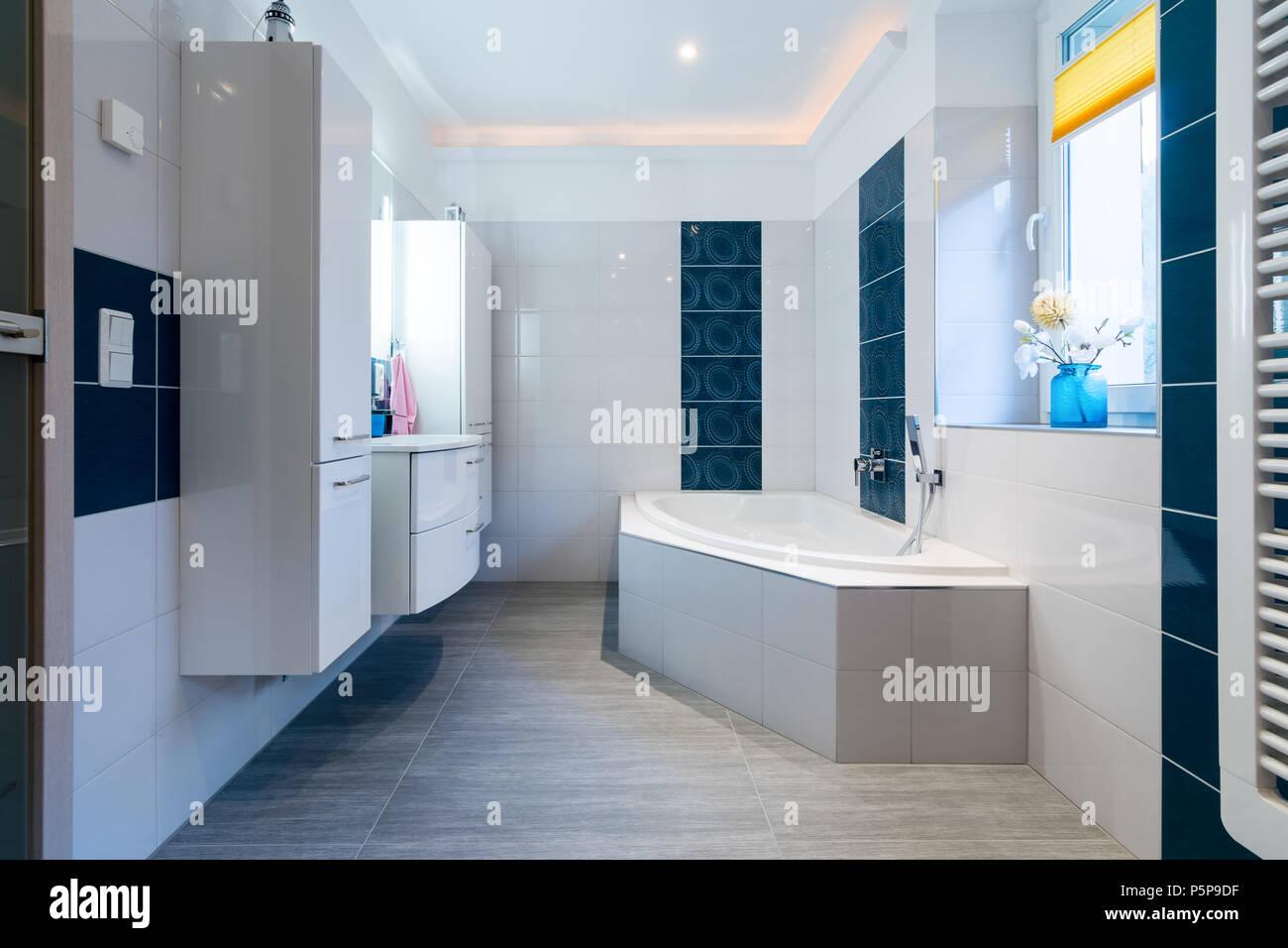 Modernes Badezimmer   Glänzend Weißen Und Blauen Fliesen   Bad Mit  Badewanne, Waschbecken Und Fußbodenheizung.