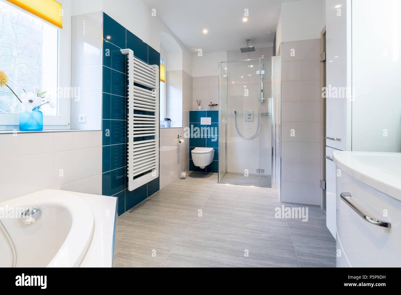 Geräumiges Badezimmer in blauen und weißen Farbtönen mit ...