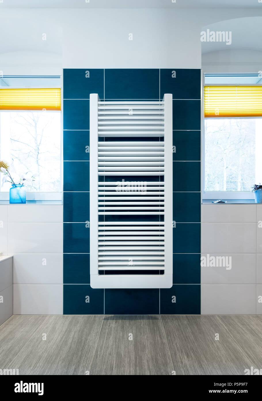 Weißes Handtuch Trockner auf einem Blau gefliesten Badezimmer Wand