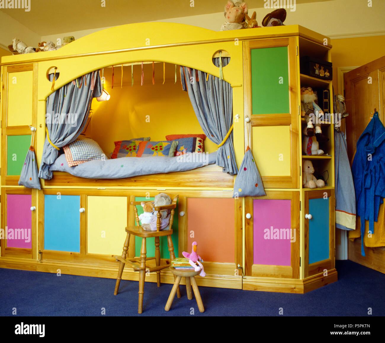 Gelbe Integrierte Plattform Bett Mit Bunten Turen Auf Stauraum Unter