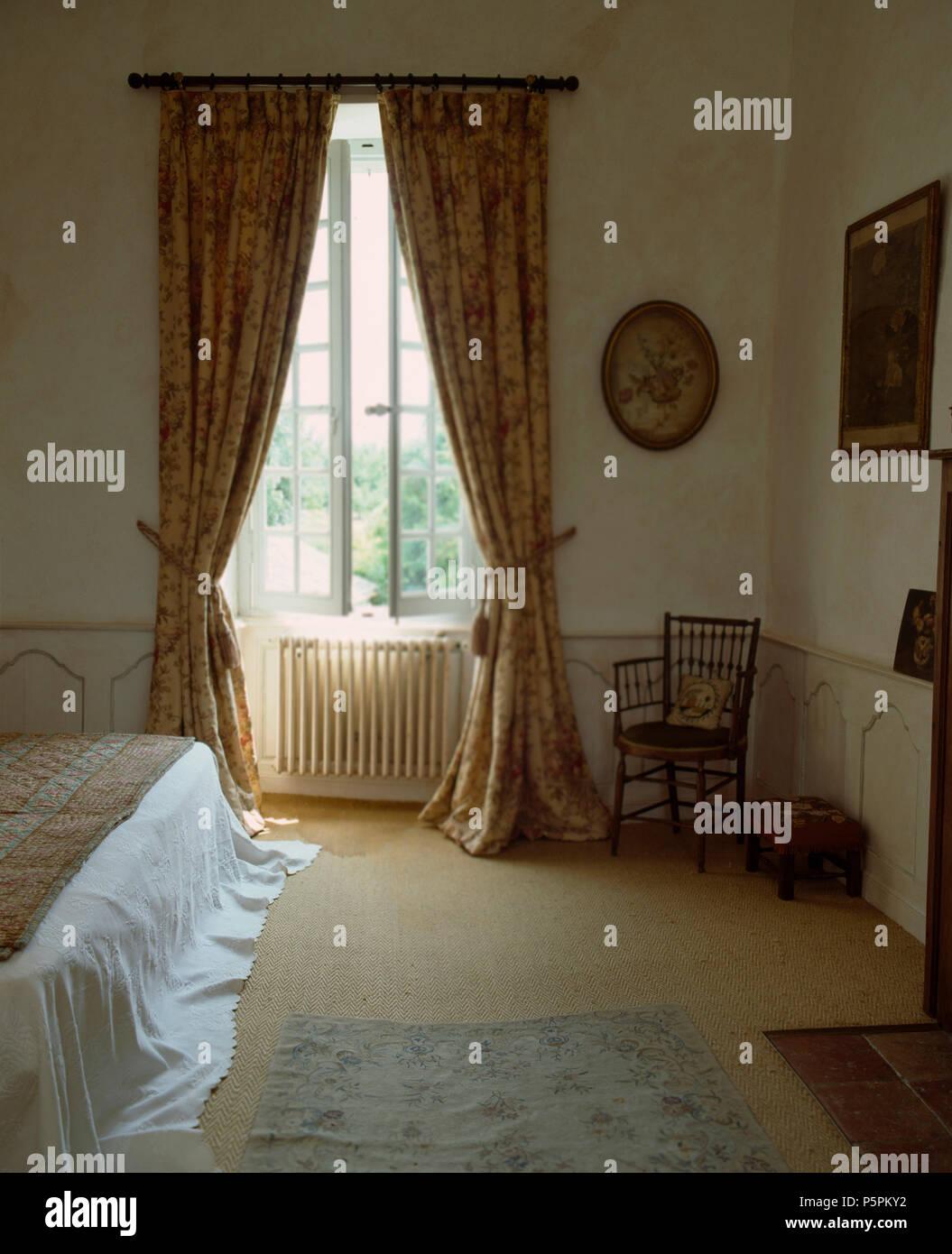 Schwere Vorhange Am Fenster Offnen Im Franzosischen Landhausstil
