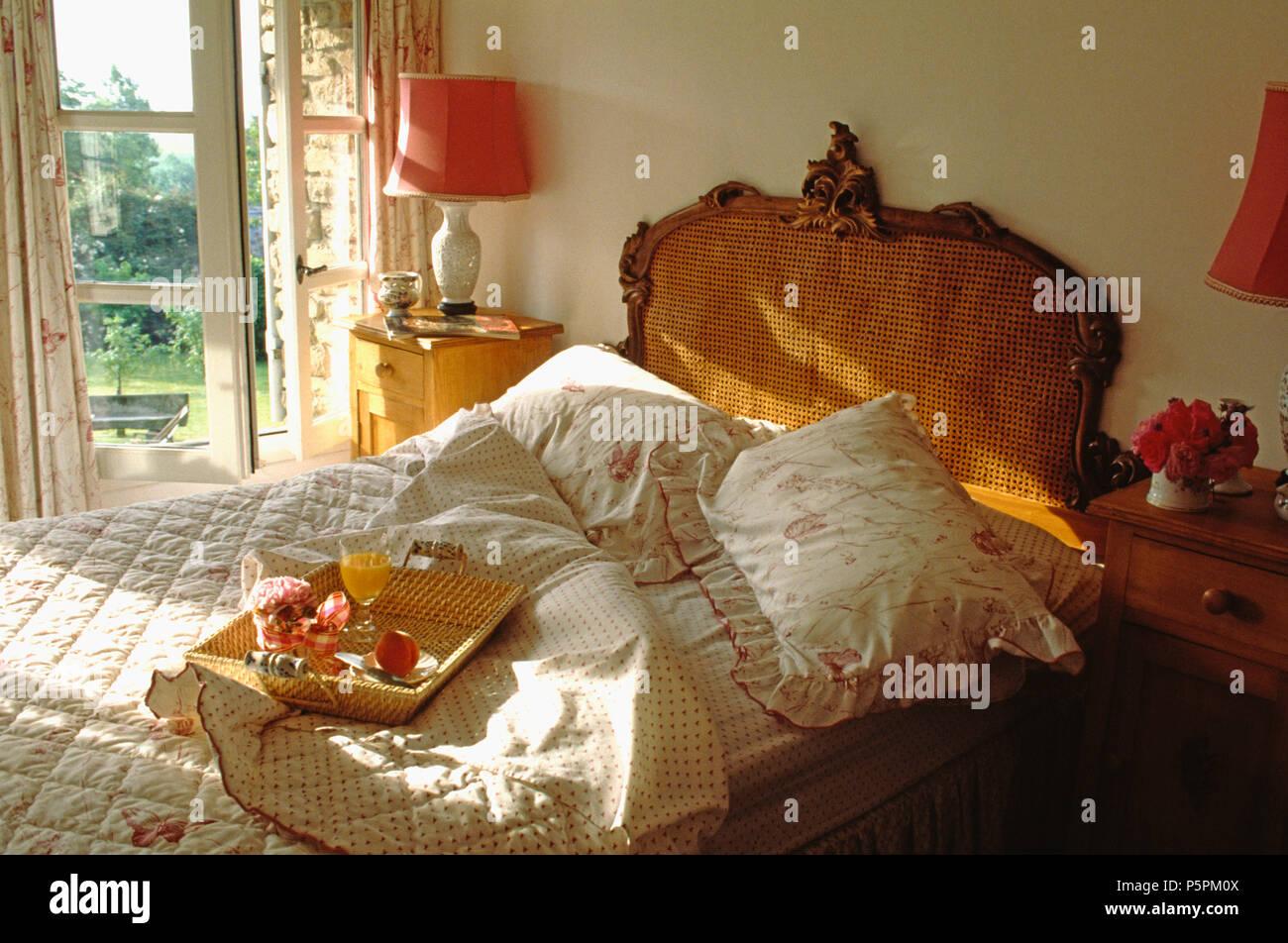 Vintage Bergere Bett Mit Pink Weiss Decke Und Kissen Im