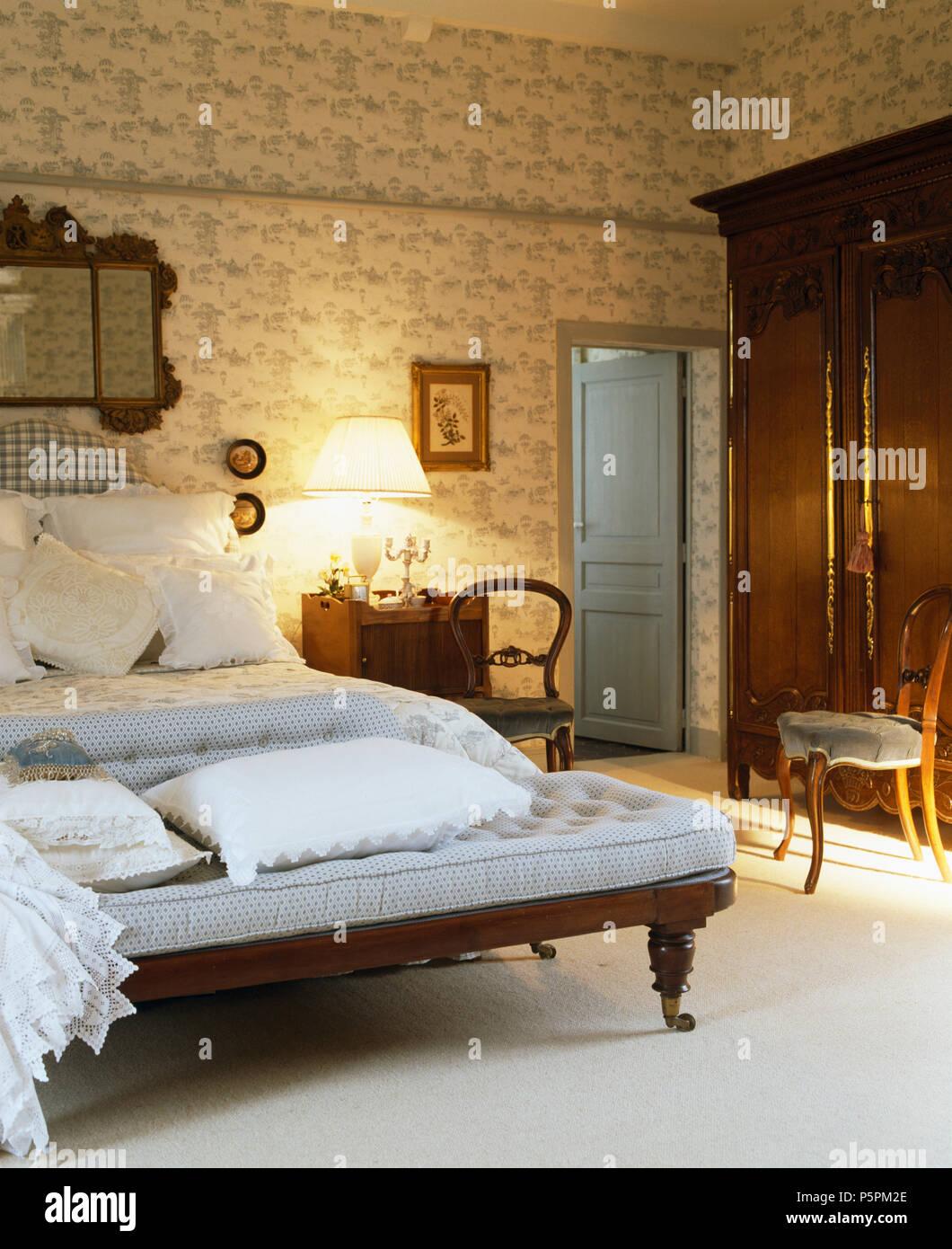 Schlafzimmer Französisch | Blass Blauen Sofa Am Fusse Des Bett Mit Weisser Bettwasche Im