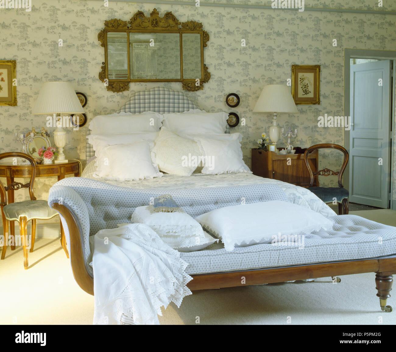 Antike Spiegel über Polsterbett Im Land Schlafzimmer Mit Blau Weiß