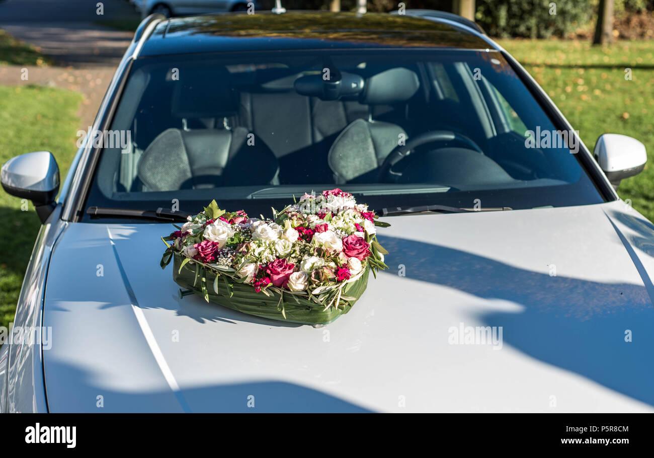 Romantische Hochzeit Des Paares Mit Hochzeit Herz Blume Auf Dem Auto