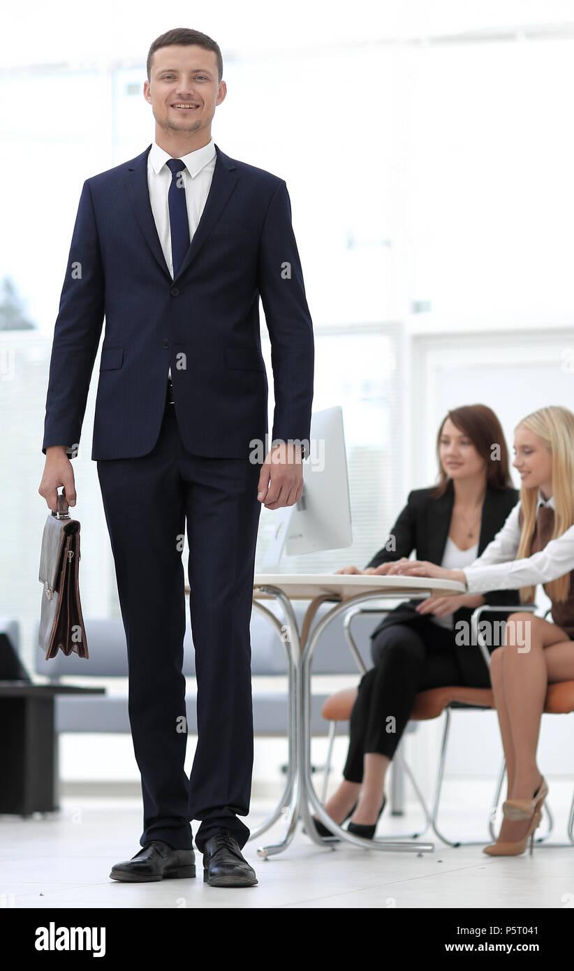 Portrait von Rechtsanwalt im Hintergrund des Amtes. Geschäftsleute Stockbild