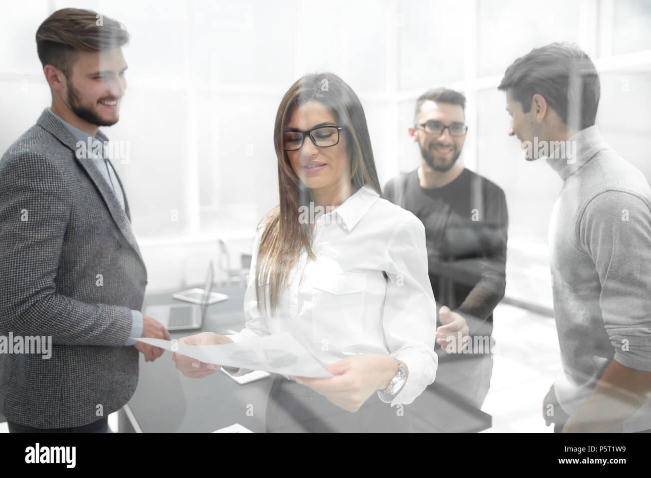 Hinter dem Glas.Business Team bespricht Arbeitsdokumente Stockbild