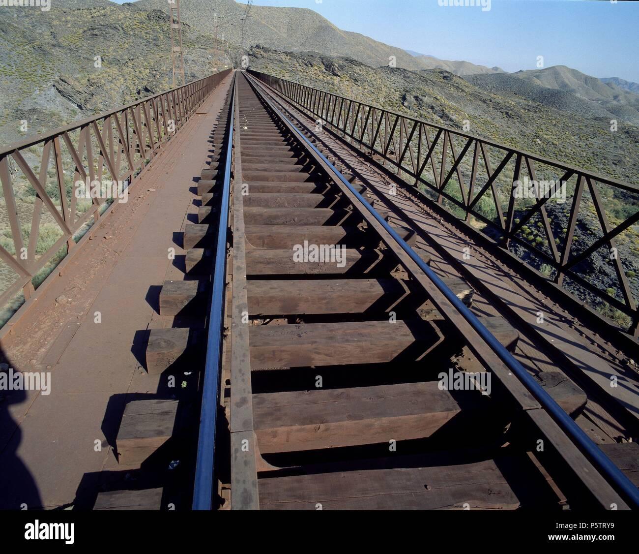 PUENTE - VIADUCTO DEL GERGAL - VISTA DE LA VIA DEL TREN DESDE ARRIBA. Lage: aussen, PROVINCIA, Almería, Spanien. Stockbild
