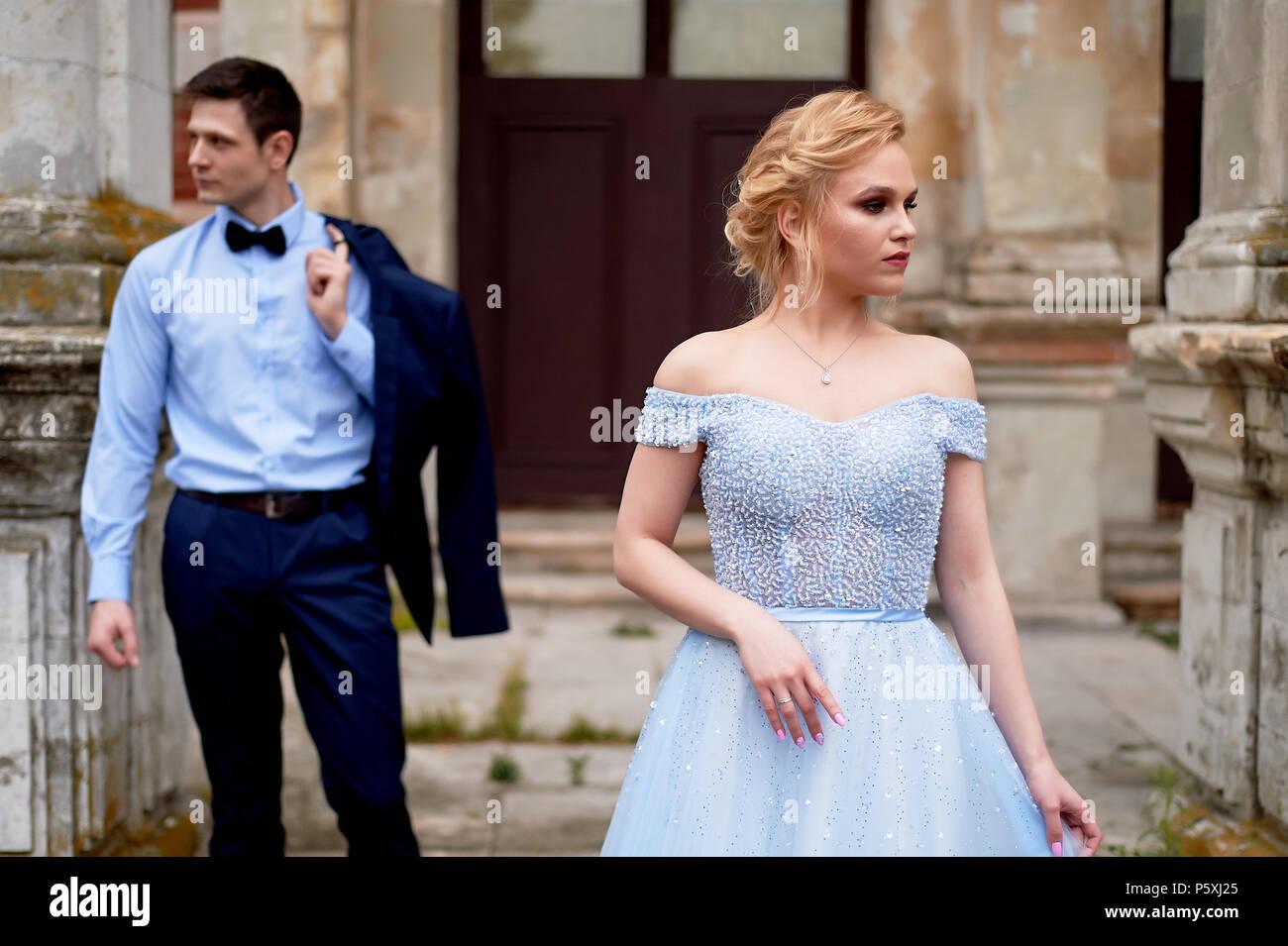 Braut und Bräutigam auf dem Hintergrund eines alten Immobilien. Klassische Hochzeit. Hochzeit gehen und Fotoshooting Stockbild