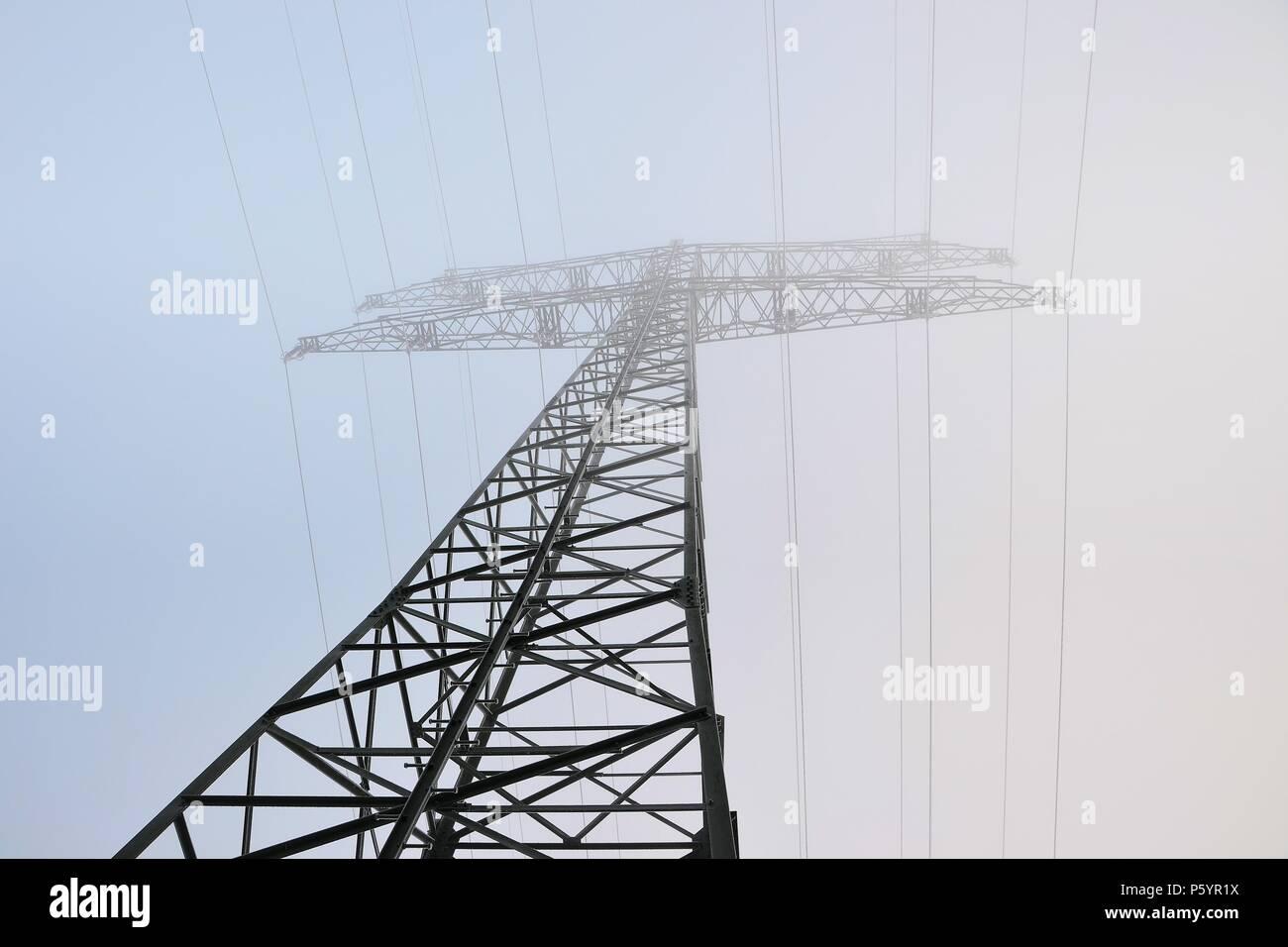 Strommast auf einem Feld Stockbild