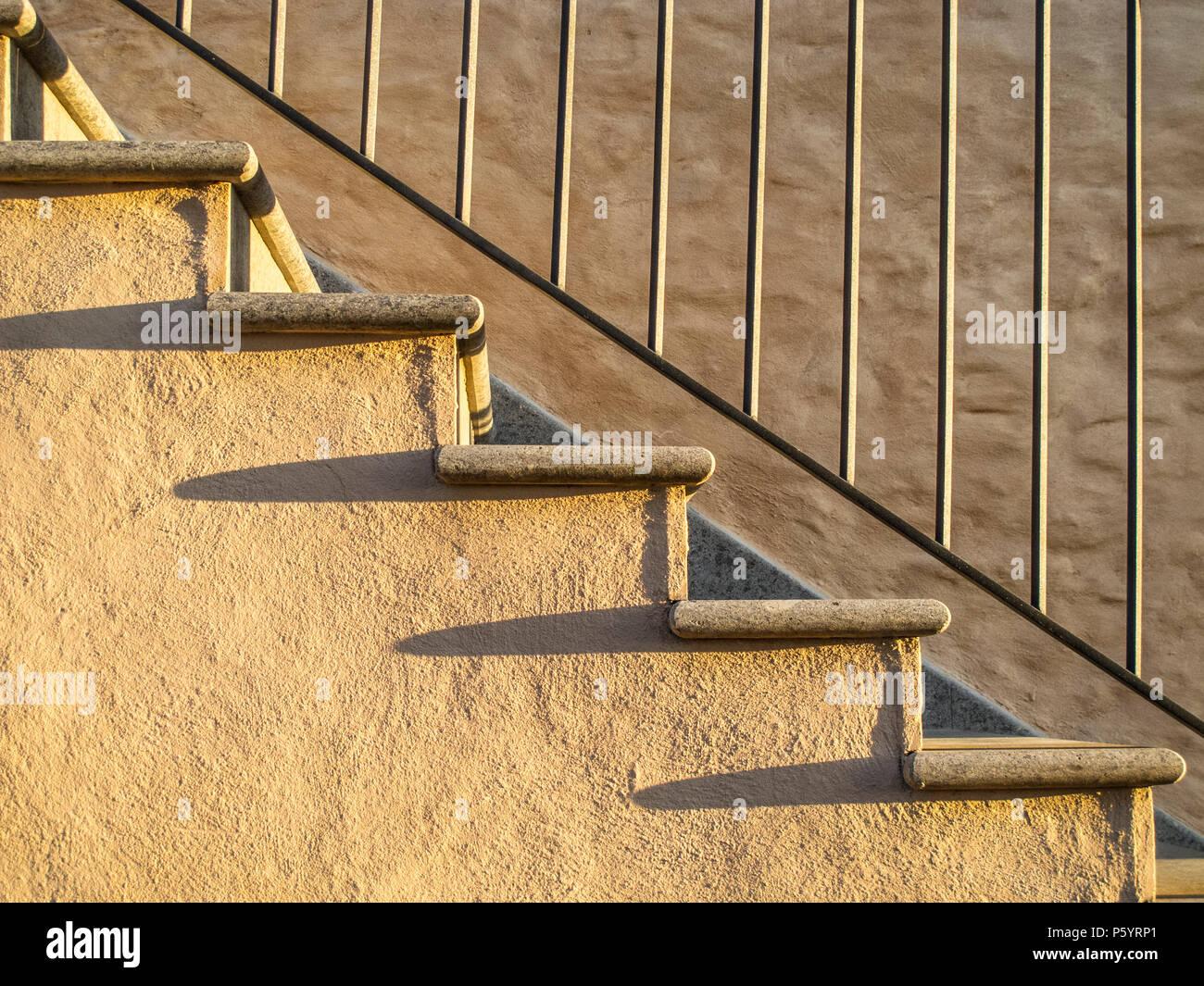Gemauerte Treppen Außen gemauerte treppe mit schmiedeeisernen geländer und lange schatten