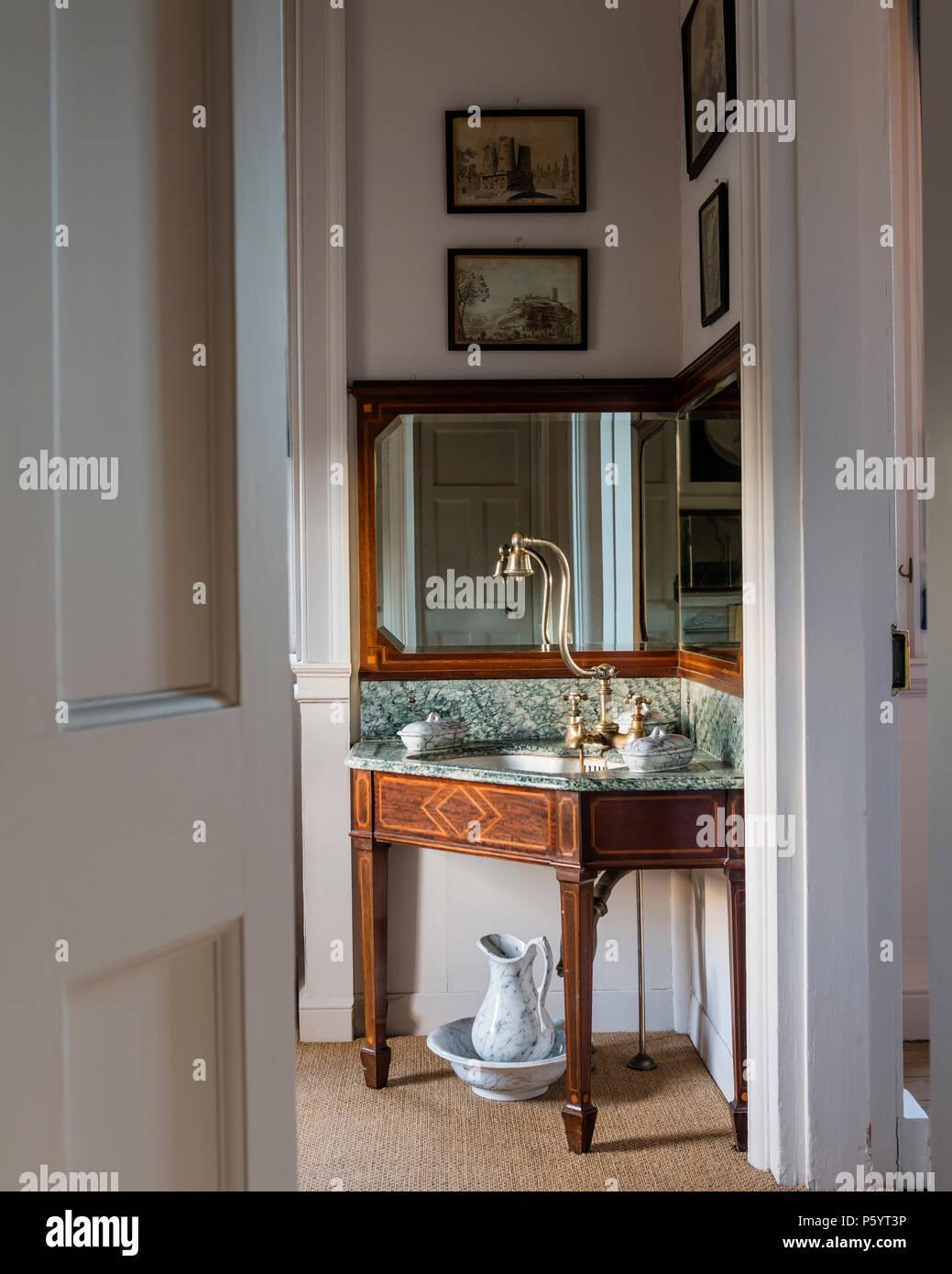 Antike Ecke Waschbecken im Badezimmer Stockfoto, Bild: 210209322 - Alamy