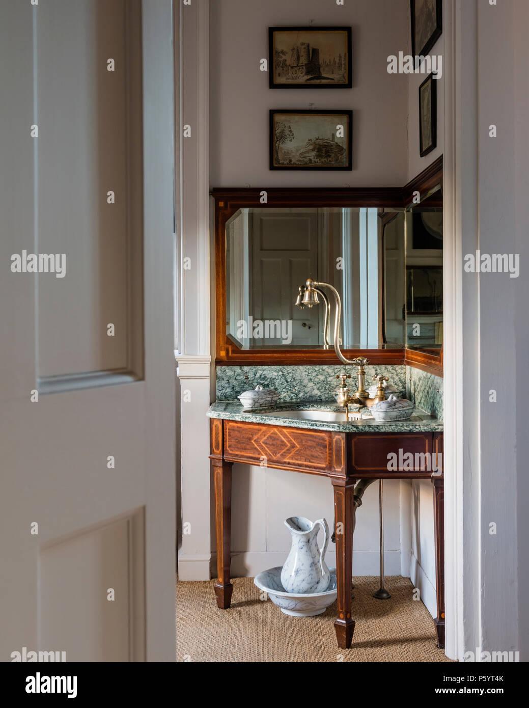 Antike Ecke Waschbecken im Badezimmer Stockfoto, Bild: 210209347 - Alamy