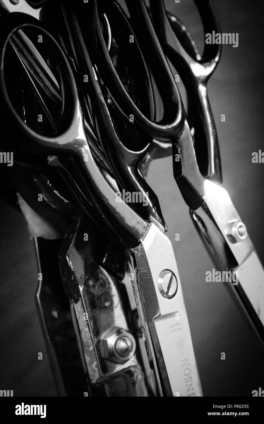 Sammlung der Schere in Schwarz und Weiß Aufhängen in der Werkstatt Stockfoto