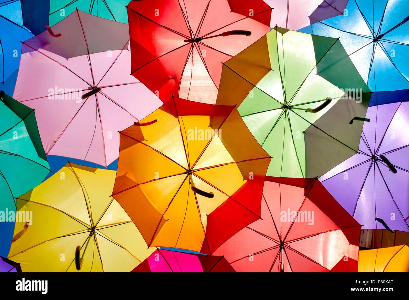 Nahaufnahme von einige bunte Sonnenschirme in Setubal, Portugal hängen Stockbild