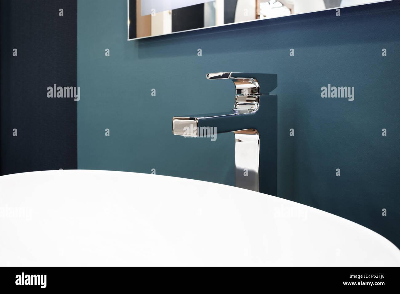 Luxuriöse, moderne Stil Wasserhahn Mischpult auf eine weiße, runde ...