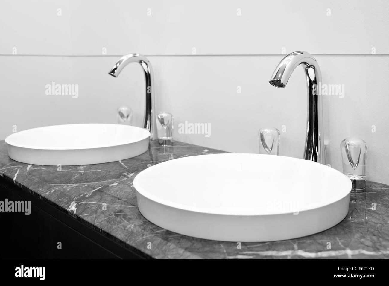 Bad Schwarz Und Innen Weiss Mit Zwei Waschbecken Und Wasserhahn