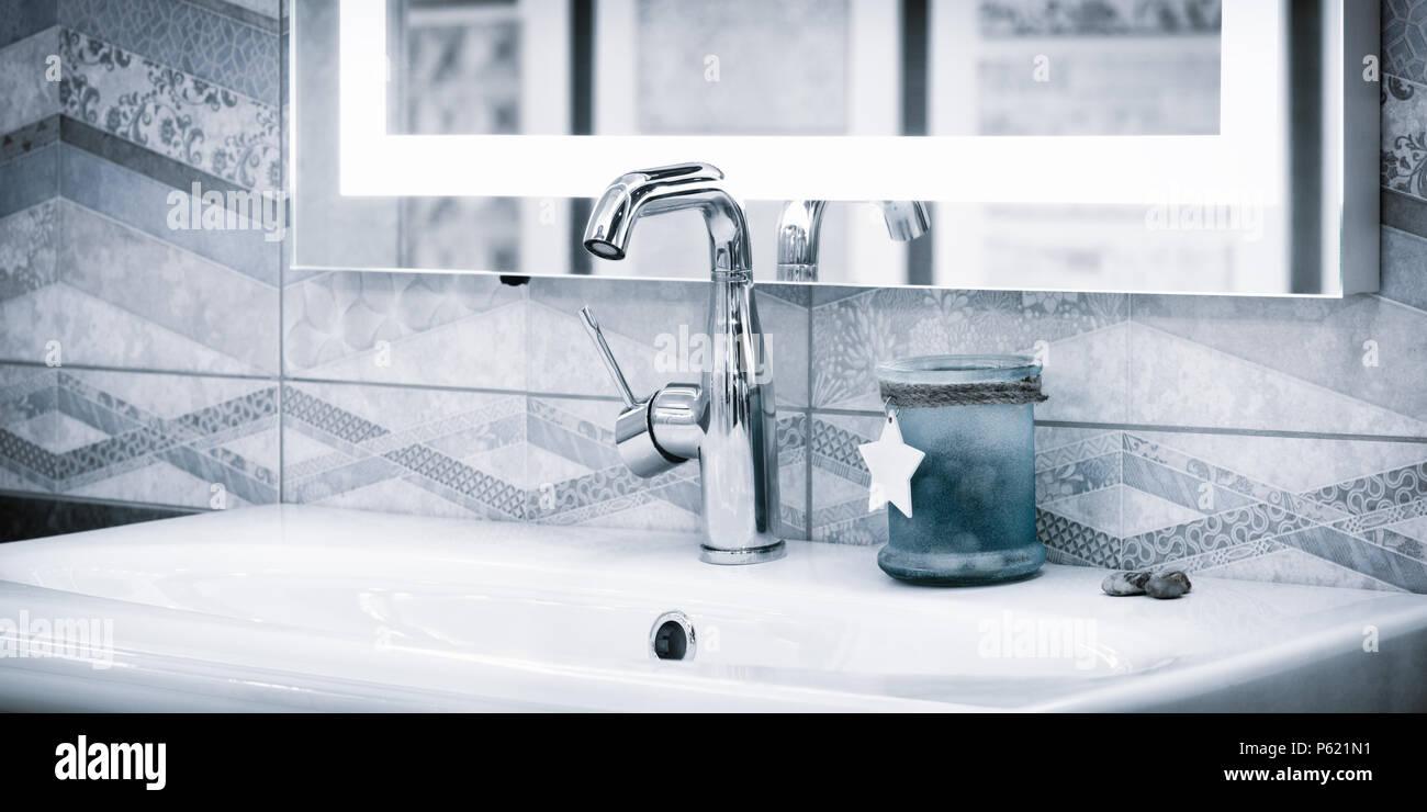 Luxuriöse, moderne Stil Wasserhahn Mischpult auf eine weiße ...