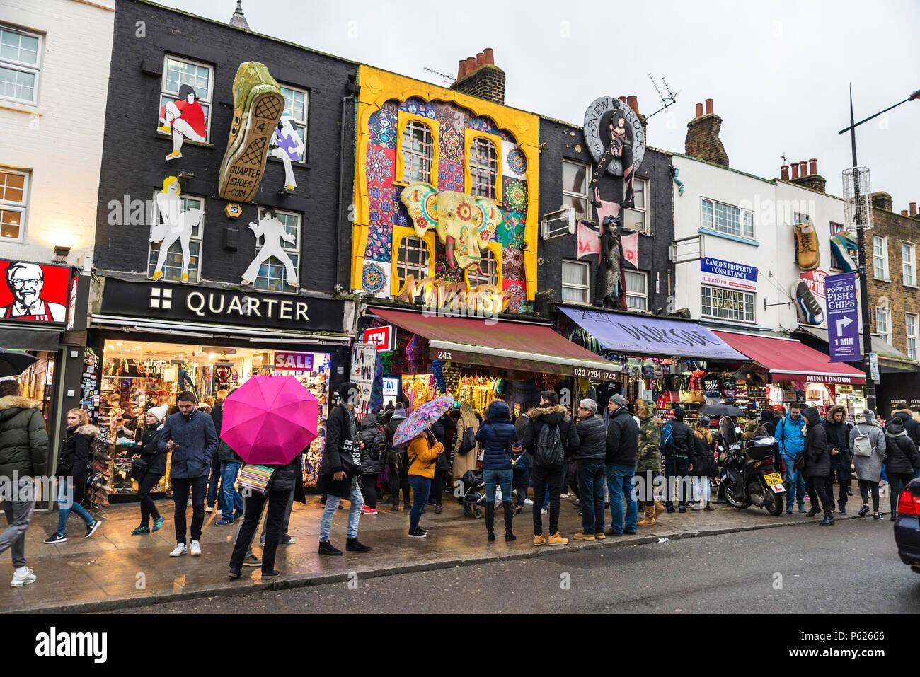 London, England, UK - 31. Dezember 2017: die Menschen zu Fuß die Boutiquen der Camden High Street in Camden Lock oder Camden Town in London, England, Stockbild