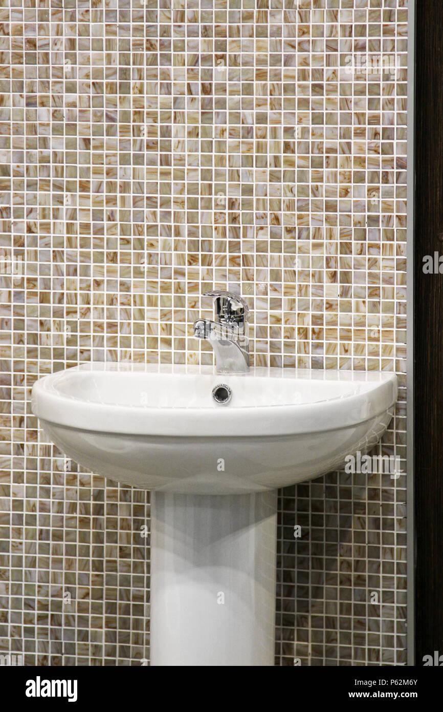 Waschbecken Schussel In Bad Mit Mosaikfliesen Stockfoto Bild