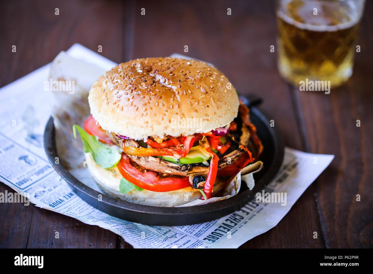 Köstliche gegrillte portobello Pilze Burger mit viel Gemüse Stockbild