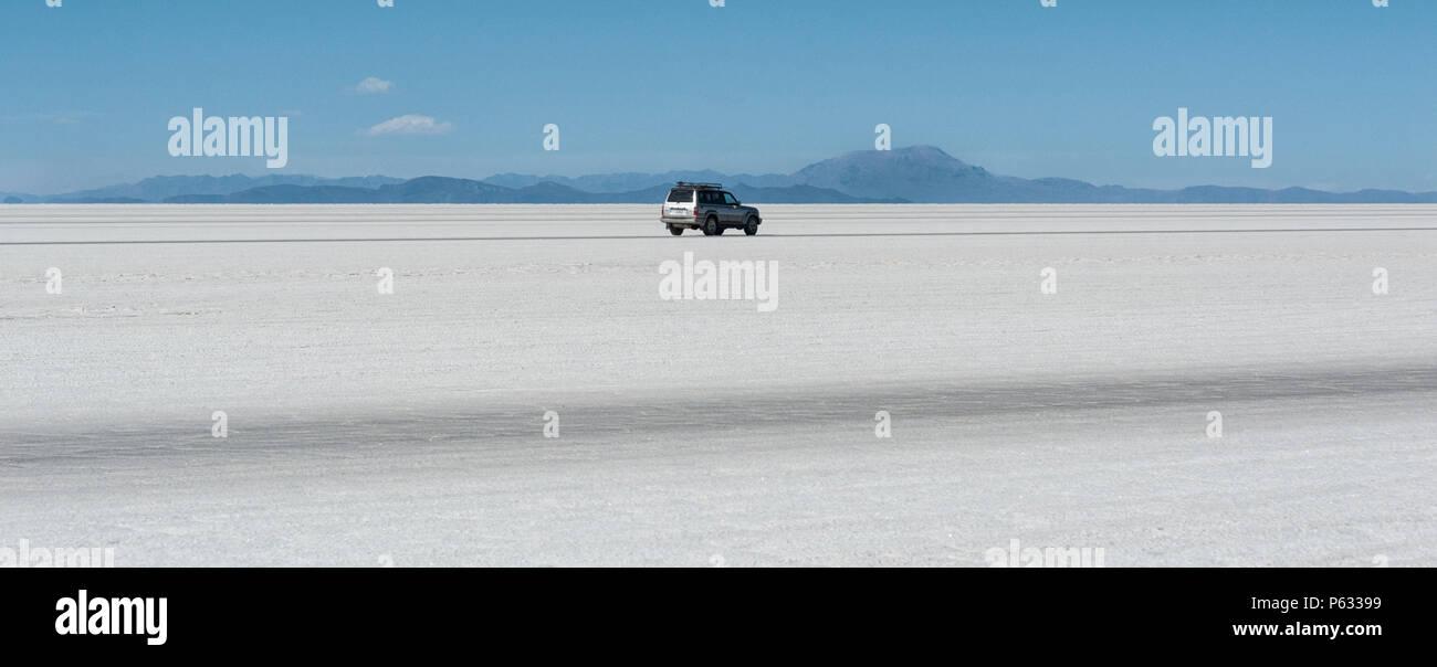 Geländewagen in der Salar de Uyuni, der grösste Salzsee der Welt UNESCO-Weltkulturerbe - Altiplano, Bolivien Stockbild