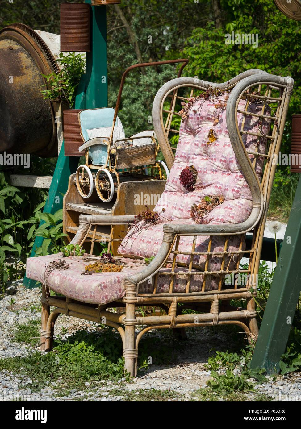 Alten Stuhl Verwendet Als Dekoration Im Garten Sonniger Tag Im