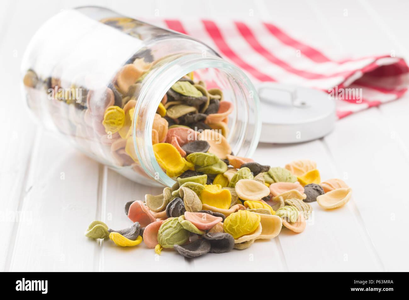 Italienische rainbow Pasta in jar. Stockbild