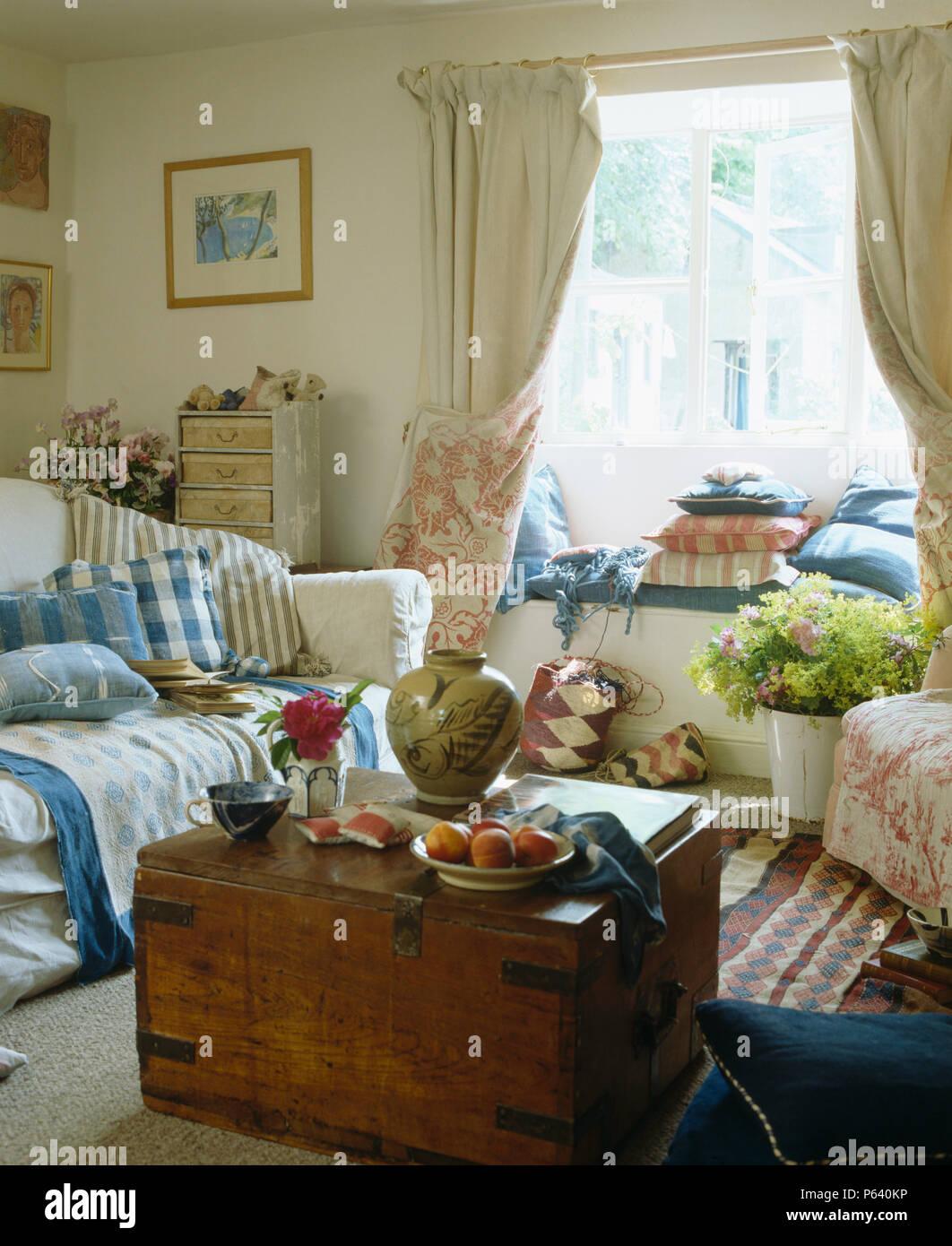 Antike hölzerne Truhe in Ferienhaus Wohnzimmer mit Blau + weiß ...