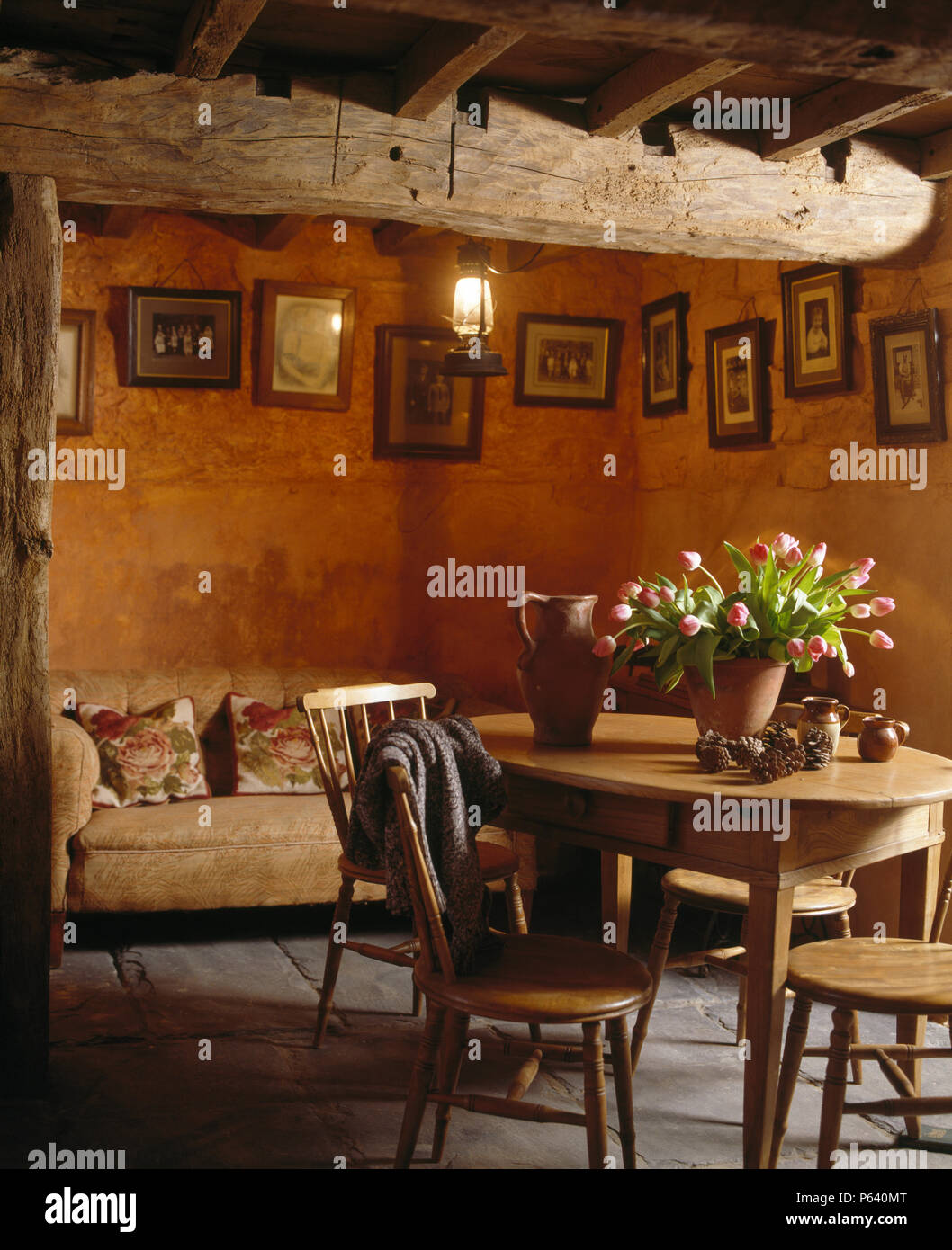 Vintage Kiefer Tisch Und Stuhle In Dunklen Cottage Esszimmer Mit Grossen Rustikalen Holzbalken An Der Decke Stockfotografie Alamy