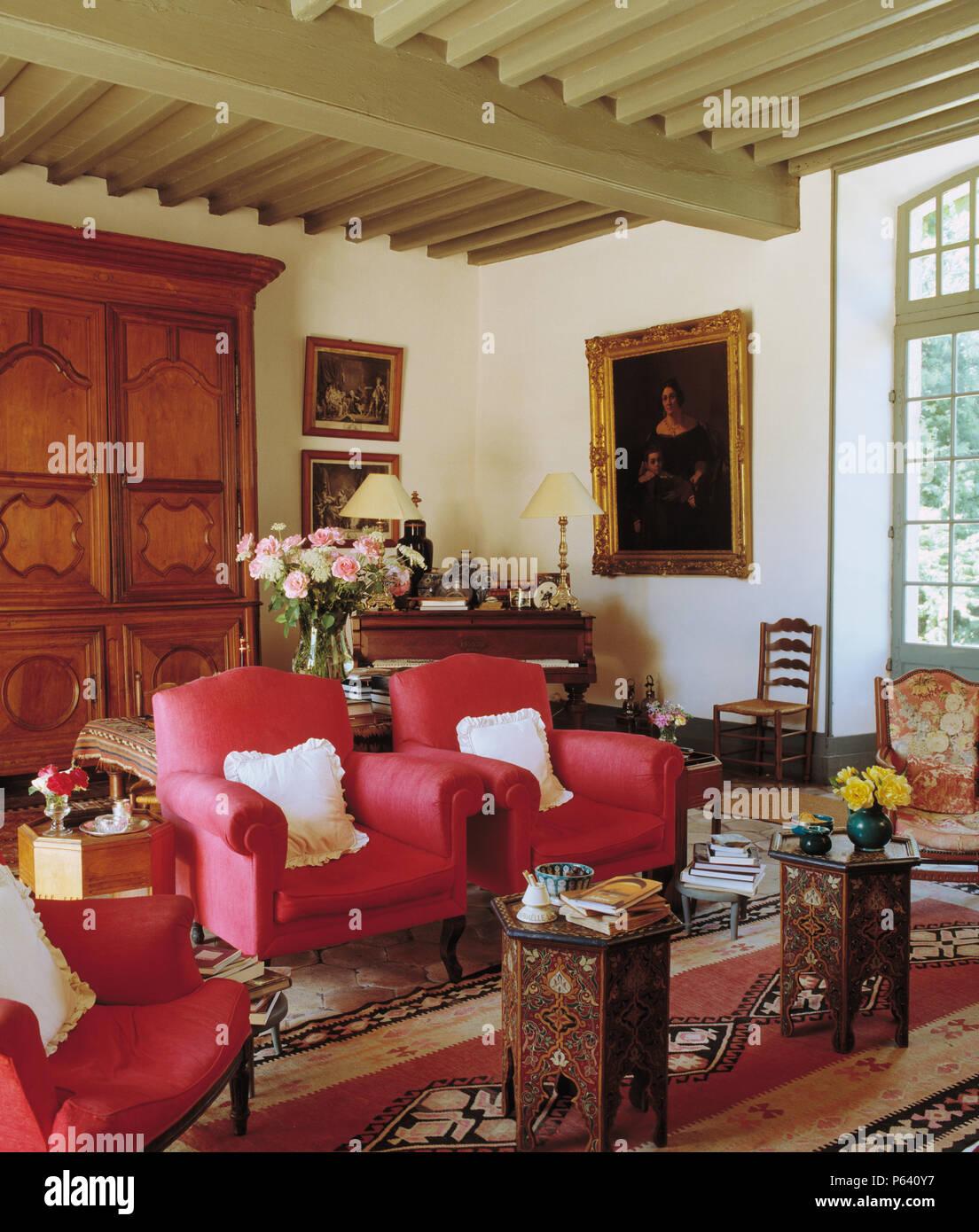 Dunkelrosa Sessel Und Ein Paar Marokkanischen Intarsien