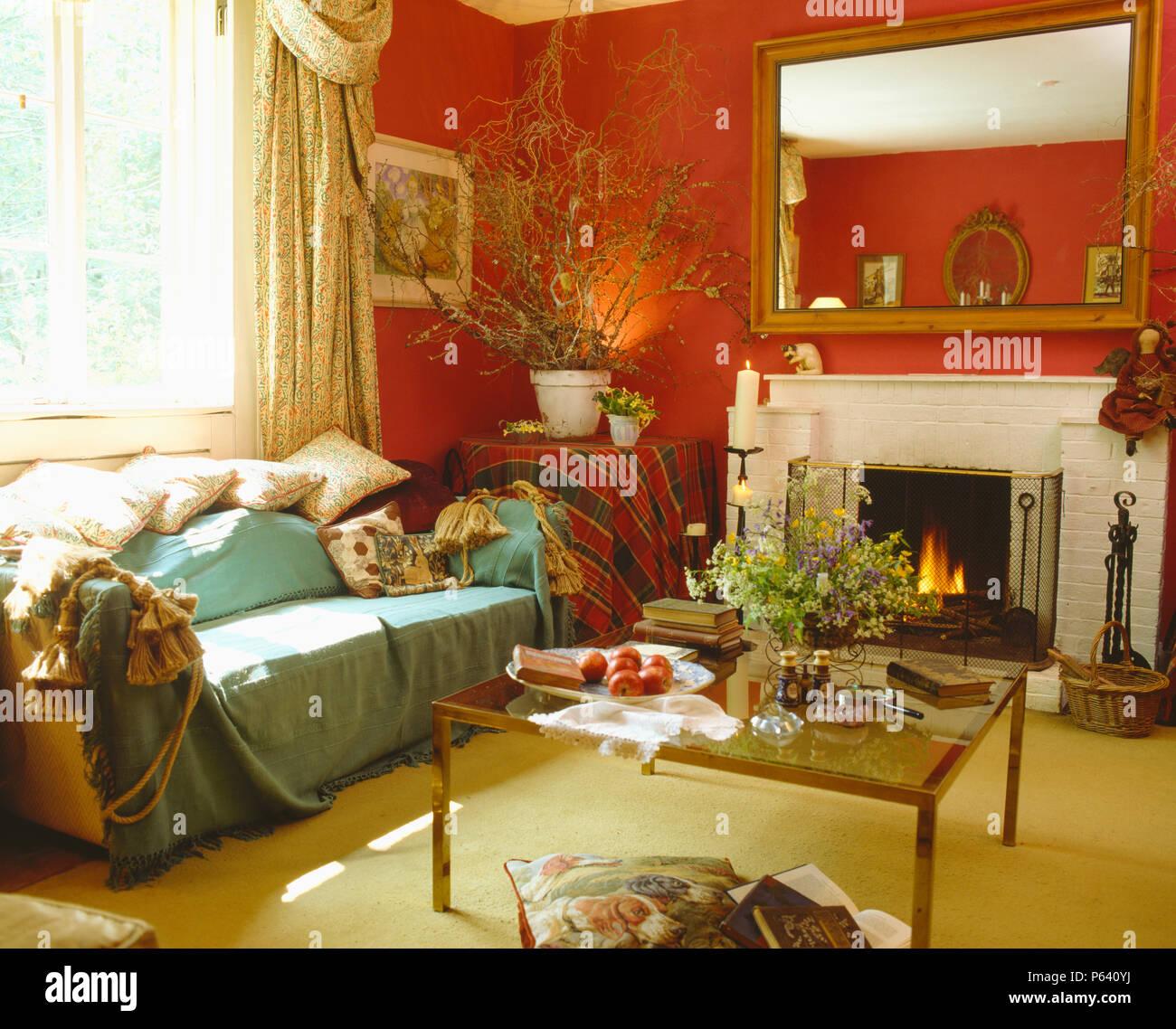 Kissen Und Auf Hellem Türkis Sofa In Gemütlichen Roten Wohnzimmer Mit Glas  Werfen   Couchtisch Vor Kamin