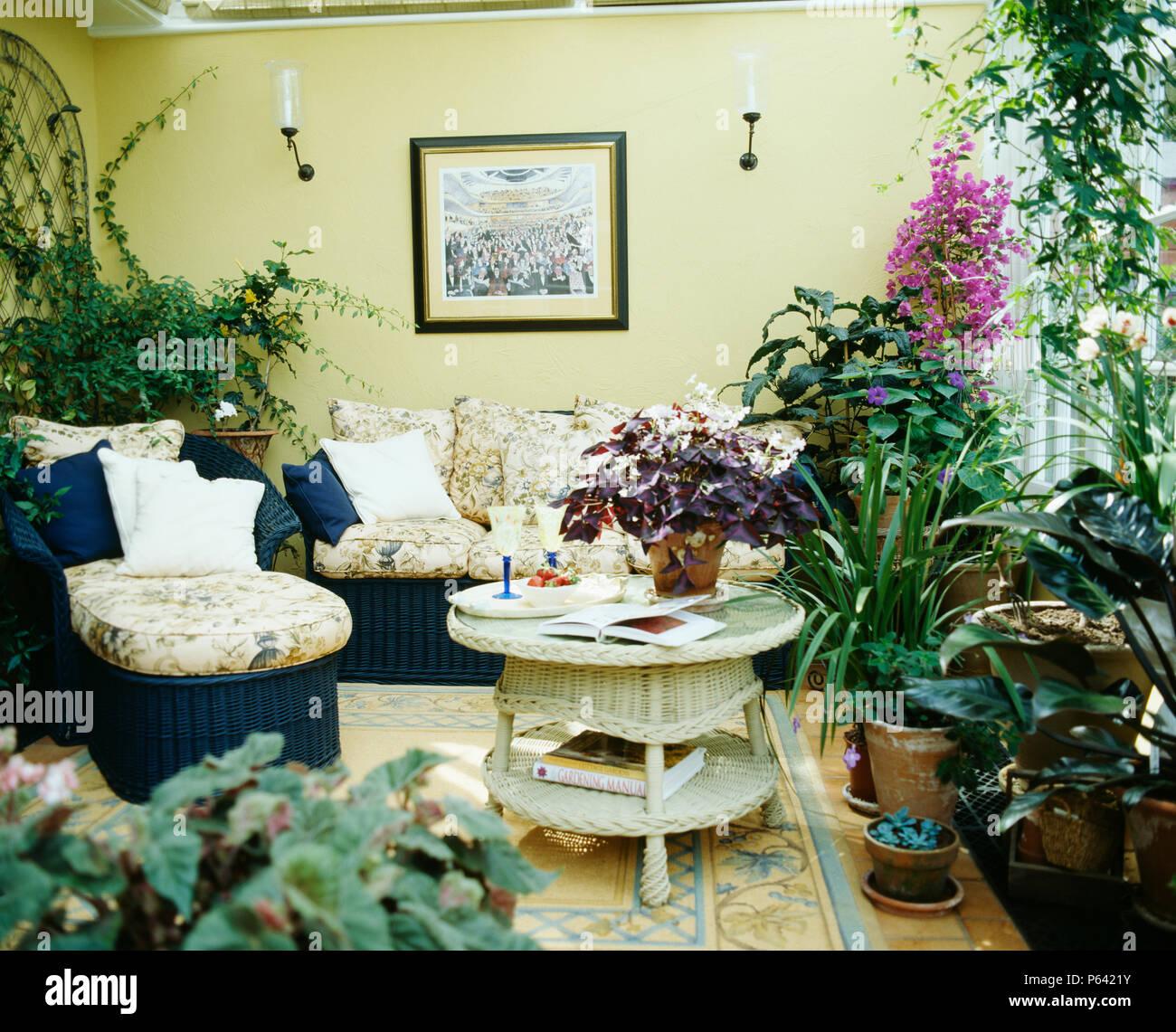 Uppig Grune Und Bluhende Zimmerpflanzen Im Wintergarten Wohnzimmer