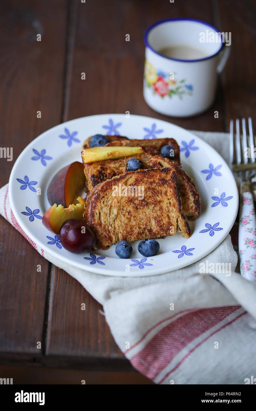 French Toast und Früchte in eine weiße Platte Stockbild