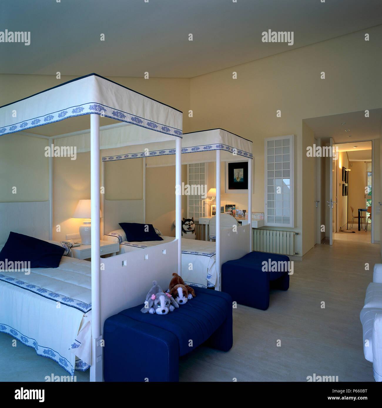 Blick Auf Zwei Betten In Einem Kinder Zimmer Stockfoto Bild
