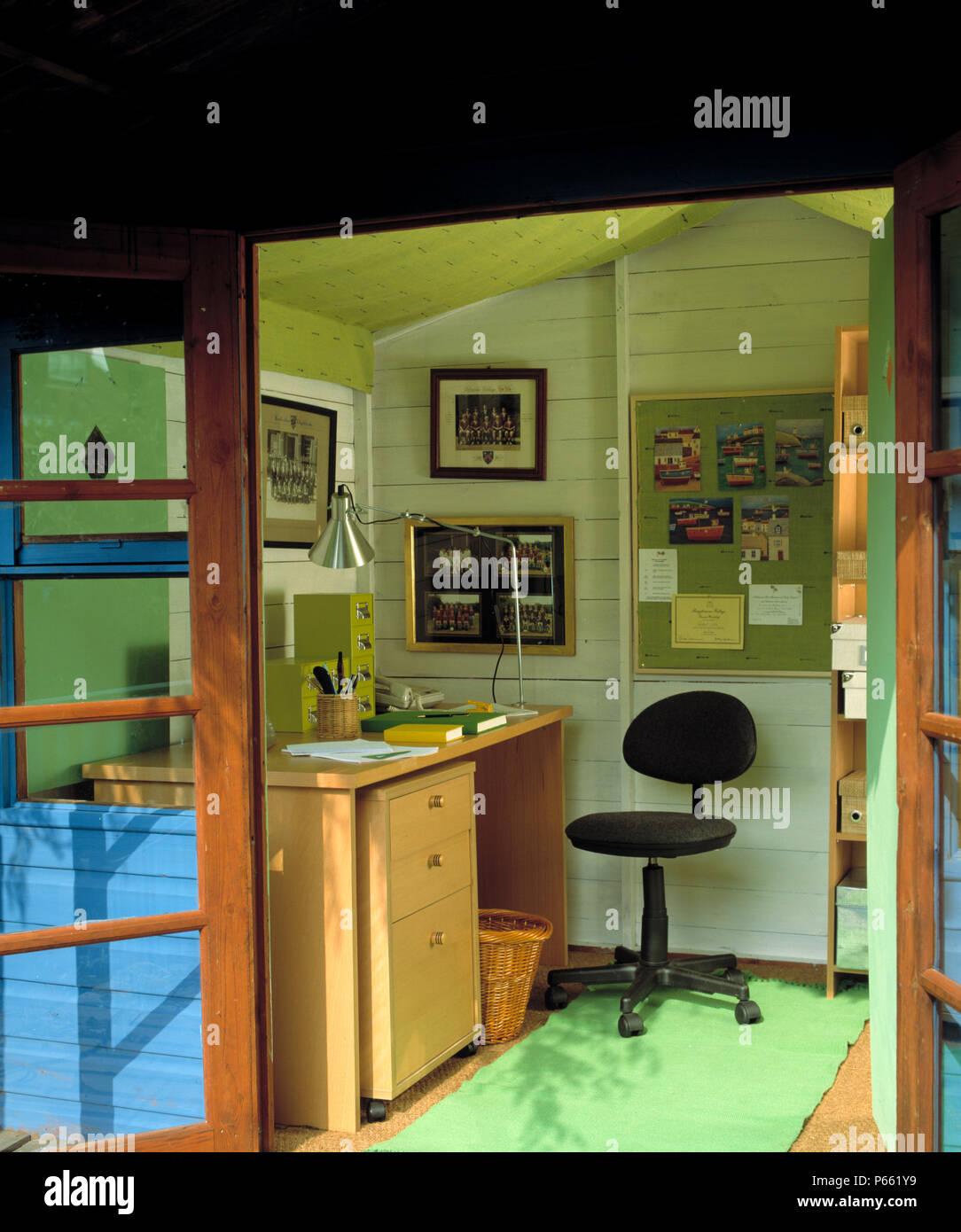 T r offen f r home office im gartenhaus mit drehstuhl am schreibtisch mit lampe aus rostfreiem - Leuchtkasten selber bauen ...