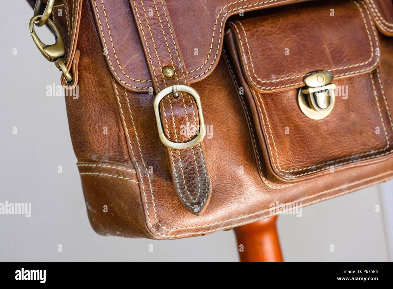 Turbo Schimmel auf alte braune Ledertasche, Pilz auf Leder Tasche KA84