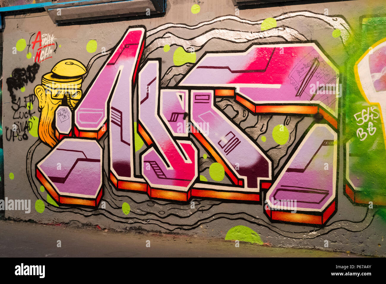 London Waterloo Leake Street Graffiti rosa roten Buchstaben script Wand gehsteig Bürgersteig detail Abstract Stockbild