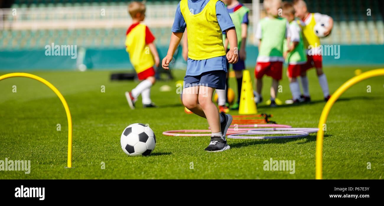 Kind Junge Athleten Training Mit Fussball Ausrustung Fussball