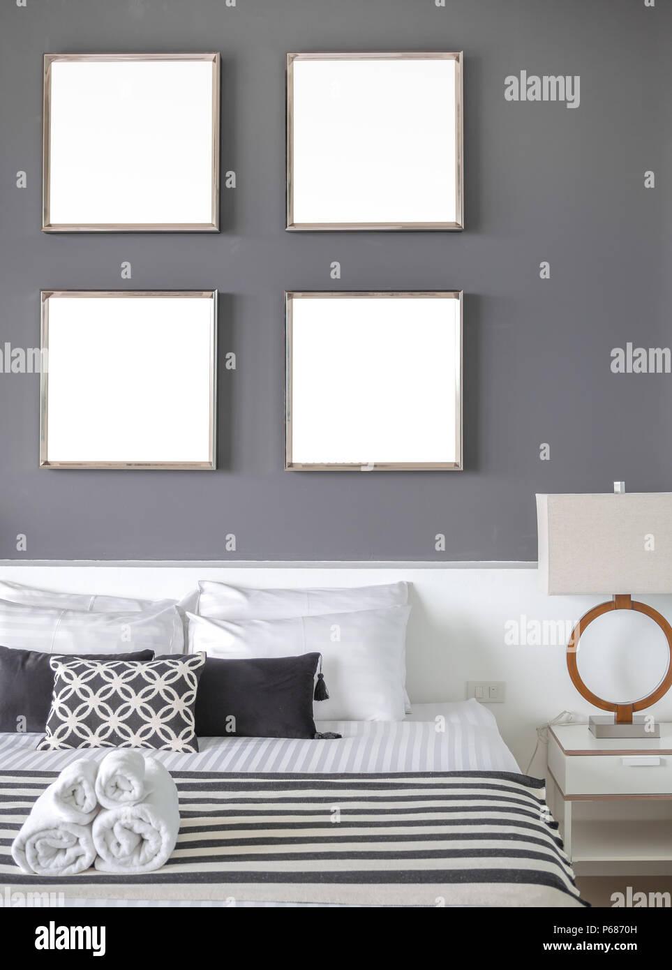 Modernes Schlafzimmer Mit Vier Quadratmeter Leer Edelstahl Rahmen Auf Die  Graue Wand Innenraum, Kopfkissen Und Handtücher Auf Dem Bett Mit Seitlichen  ...